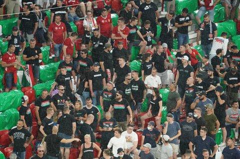 Die Maskenpflicht und die Abstandsregeln zur Bekämpfung der Corona-Pandemie sind beim EM-Vorrundenspiel Deutschland gegen Ungarn am Mittwochabend in München erneut nicht konsequent eingehalten worden.