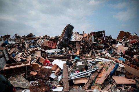 Ansammlung von Müll nach Aufräumarbeiten in Weilerswist