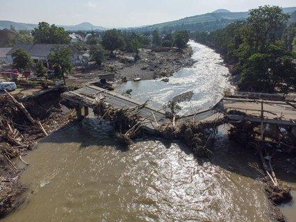 Völlig zerstört ist diese Brücke über die Ahr in Ahrweiler in Rheinland-Pfalz.