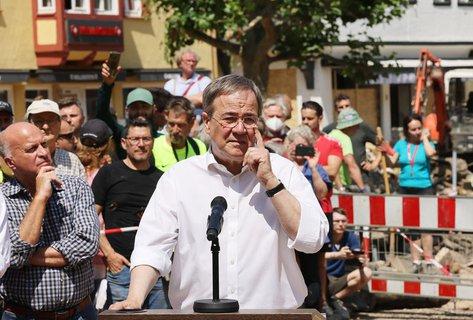 CDU-Chef Armin Laschet bei einem Besuch im von der Flut betroffenen Bad Münstereifel.