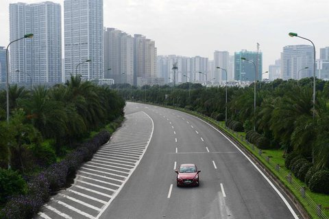 Eine nahezu leere Autobahn in Hanoi.