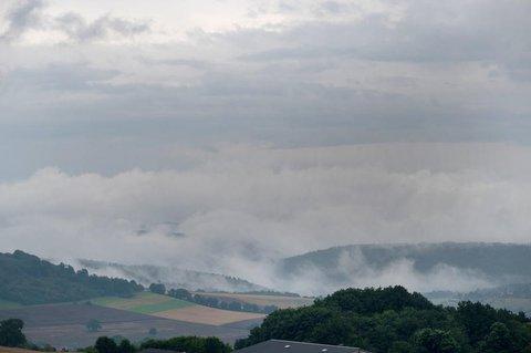Regenwolken ziehen am Samstag über die Südeifel im Kreis Trier-Saarburg.
