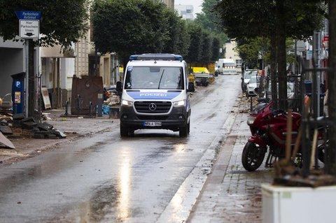 Ein Polizeiwagen fährt durch Euskirchen.