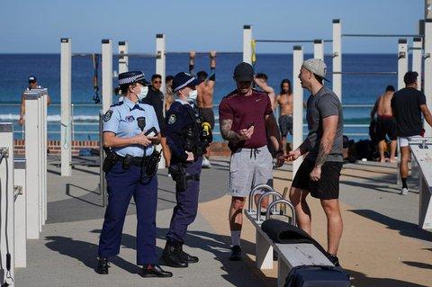 Sportler werden am Bondi Beach von der Polizei kontrolliert.