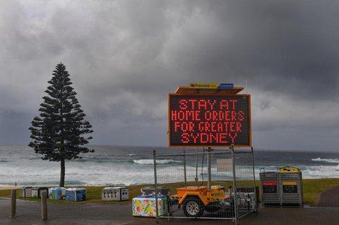 Ein elektronische Tafel am Bondi Beach weist auf die geltenden Auflagen hin.