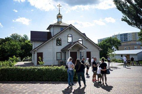 Menschen stehen vor der russisch-orthodoxen Kirche in Marzahn-Hellersdorf und warten auf ihre Impfung gegen das Coronavirus.