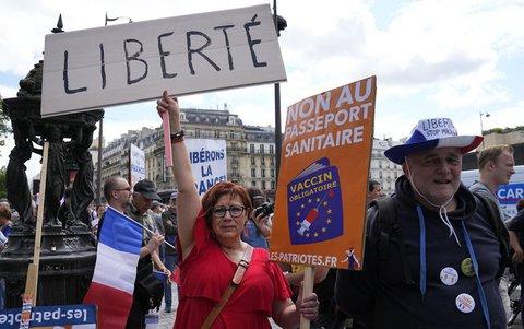 Demonstranten ohne Mund-Nasen-Schutz nehmen an einer Protestaktion gegen Coronamaßnahmen und den Covid-Pass teil und halten dabei Transparente mit der Aufschrift «Freiheit» hoch.