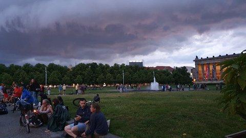 Düstere Wolken über der Museumsinsel.