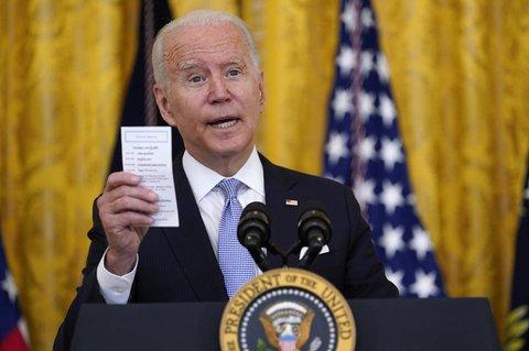 Joe Biden, Präsident der USA, hält eine Karte mit der Anzahl der COVID-19-bedingten Todesfälle in den USA in der Hand, während er über die COVID-19-Impfvorschriften für Bundesbedienstete spricht.