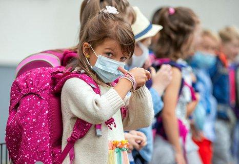 Mit Mund-Nasen-Schutz begann für diese Fünfjährige in Mecklenburg-Vorpommern am Montag das Schulleben.