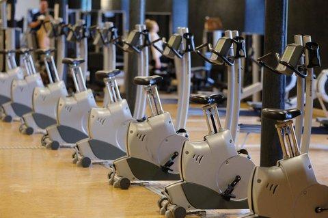 Sportgeräte stehen in einem geschlossenen Fitnessstudio