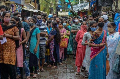 Menschen in Mumbai warten auf ihre Impfung.
