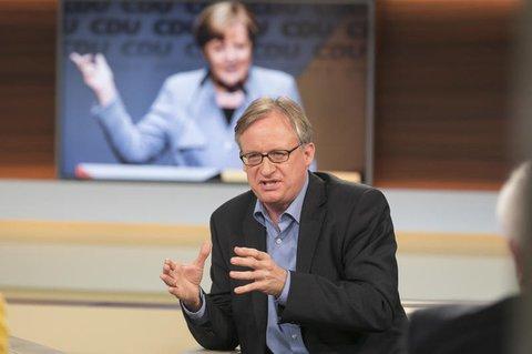 Die vom NDR zur Verfügung gestellte Aufnahme zeigt den Publizisten Albrecht von Lucke am 15.10.2017 in Berlin während der Fernsehsendung