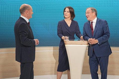 Kanzlerkandidat Olaf Scholz (SPD, l-r), Kanzlerkandidatin Annalena Baerbock (Bündnis90/Die Grünen) und Kanzlerkandidat Armin Laschet (CDU) stehen im Fernsehstudio.