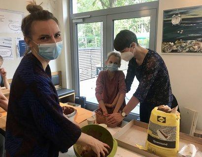 Marja Rottleb (links) weiß, wie porös das Ton-Sand-Gemisch sein muss, damit Wildbienen und andere Insektenarten es abtragen und zum Nestbau verwenden können