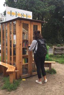 Das beliebte Lese-Kiosk der Bürgergenossenschaft Südstern, neben dem blauen Tiny-House