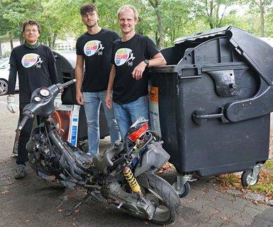 Patrick Heine (rechts) und Helfer zeigen den illegal verschrotteten Motorroller.