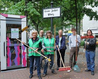 Mitglieder des Kiezvereins und der Grünen im Bezirk putzten gemeinsam den Leon-Jessel-Platz.