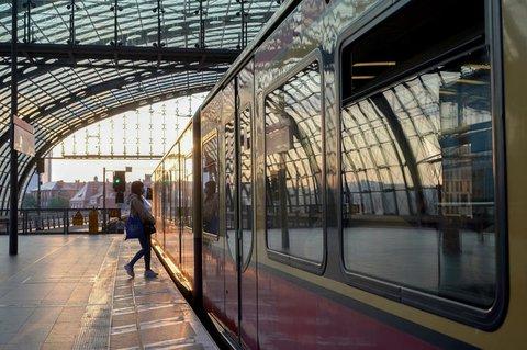 Fast ein Drittel der Erwachsenen verzichtet seit Corona auf Fahrten mit Bus und Bahn.