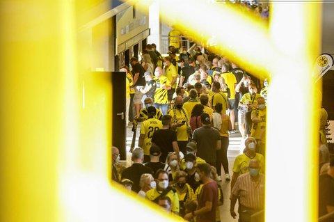 Fans von Borussia Dortmund betreten das Stadion.