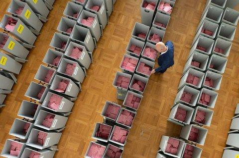 Wahlurnen mit Briefwahlumschlägen in Dresden