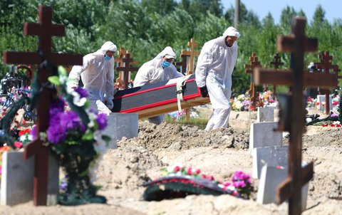 Ein an Covid-19 Verstorbener wird Anfang Juli in St-Petersburg beerdigt.