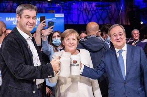 Beim offiziellen Wahlkampfabschluss von CDU und CSU in der Festhalle am Nockherberg stoßen Armin Laschet (r-l), Kanzlerkandidat der Union, CDU-Parteivorsitzender und Ministerpräsident von Nordrhein-Westfalen, Bundeskanzlerin Angela Merkel (CDU) und Markus Söder, CSU-Parteivorsitzender und Ministerpräsident von Bayern, mit Bierkrügen an.