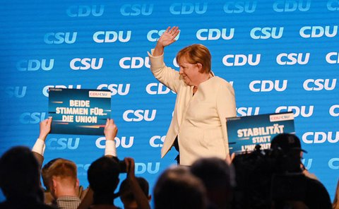 Bundeskanzlerin Angela Merkel (CDU) nach ihrer Eröffnungsrede auf der Bühne