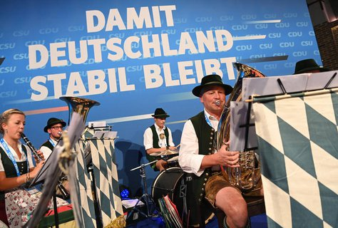 Vor dem offiziellen Wahlkampfabschluss von CDU und CSU in der Festhalle am Nockherberg spielt eine Trachtenkapelle.