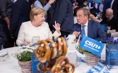 Armin Laschet, Kanzlerkandidat der Union, CDU-Parteivorsitzender und Ministerpräsident von Nordrhein-Westfalen, und Bundeskanzlerin Angela Merkel (CDU)