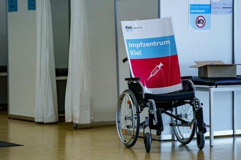 Ein Hinweisschild zum Impfzentrum Kiel.