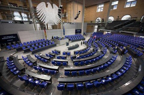 Blick in den noch fast leeren Plenarsaal vor einer Bundestagssitzung im Februar 2021.