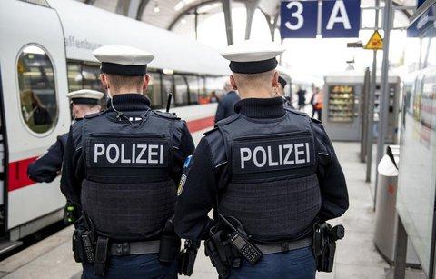 Bundespolizisten kontrollieren am Hauptbahnhof in Kiel.