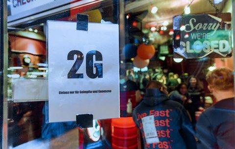 Im Fenster einer Kiez-Kneipe in Hamurg hängt der Hinweis, dass dort die 2G-Regel gilt.