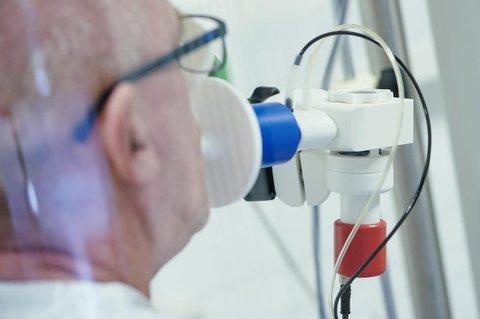 Ein Genesener beim Lungenfunktionstest.