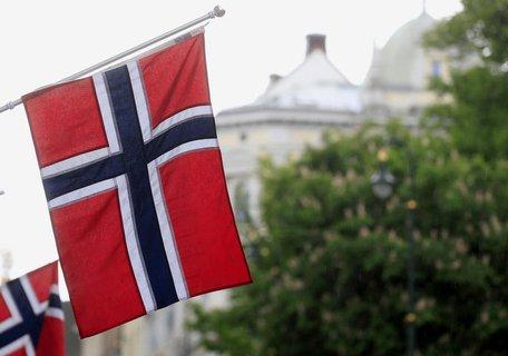 Norwegische Flaggen hängen in der Hauptstadt Oslo.