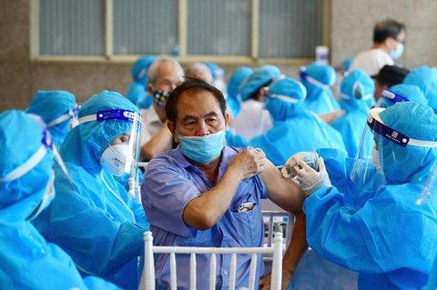 Ein Mann bekommt in Vietnam den Impfstoff von Astrazeneca.