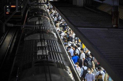 Passagiere an einem Bahnhof on Tokyo