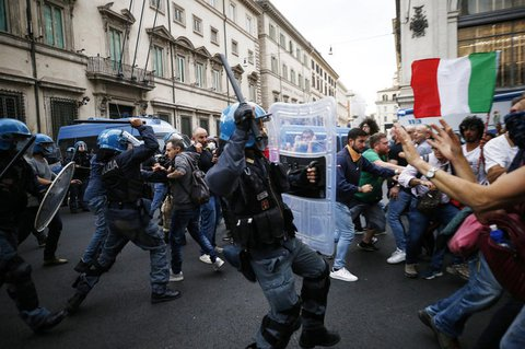 Polizisten und Protestteilnehmer stoßen aufeinander.