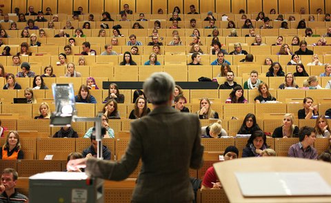 Studierende in einer Vorlesung an der Universität Bochum.