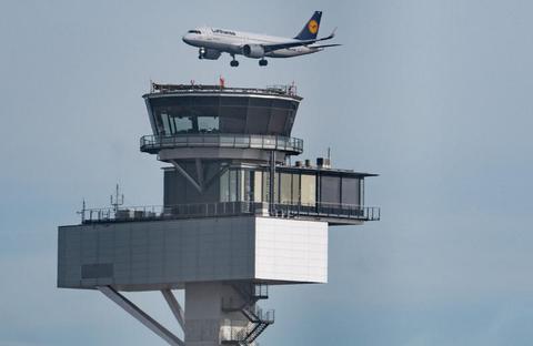 Ein Lufthansa-Flugzeug fliegt über dem Flughafen Frankfurt.