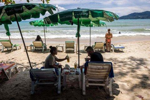 Urlauber am Strand von Phuket in Thailand