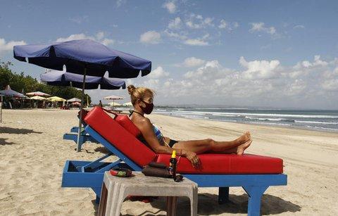 Eine Touristin liegt im Juli 2020 auf Bali am Strand.