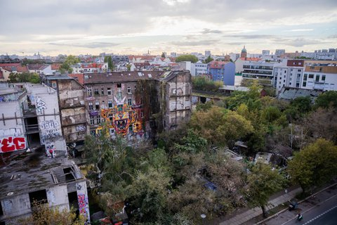 Das linksalternative Hausprojekt Köpi mit dem angrenzenden Wagenplatz