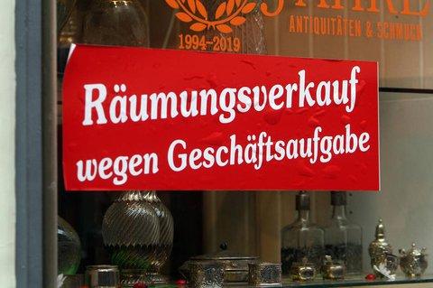 Schaufenster eines Antiquitätengeschäfts in der Innenstadt von Heidelberg im Dezember 2020.