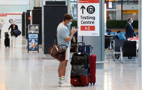 Ein Schild weist auf ein Testcenter am Londoner Flughafen Heathrow hin.