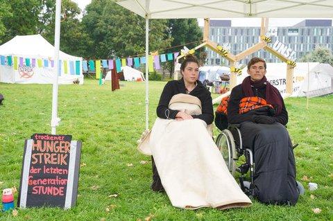 Im Hungerstreik:Lea Bonasera und Henning Jeschke vor dem Wahltag.