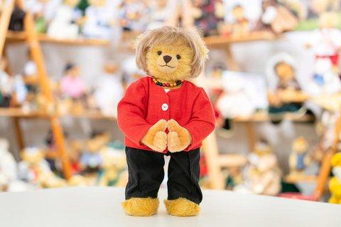 Ein Merkel-Teddy steht im Musterraum der Teddy-Fabrik  Hermann.