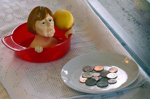 Eine Zitronenpresse mit einer Karikatur von Merkel.