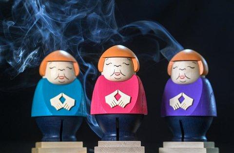 Räucherfiguren rauchen in der Schauwerkstatt der Seiffner Volkskunst.